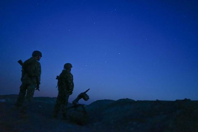 Des soldats pro-russes montent la garde près de... (Archives AP, Mstyslav Chernov)