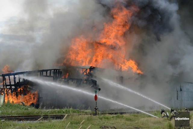 Un incendie brutal a ravagé en peu de... ((Photo Le Quotidien, Jeannot Lévesque))