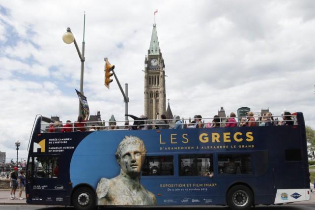Un autobus à deux étages passe devant le... (Simon Séguin-Bertrand, LeDroit)
