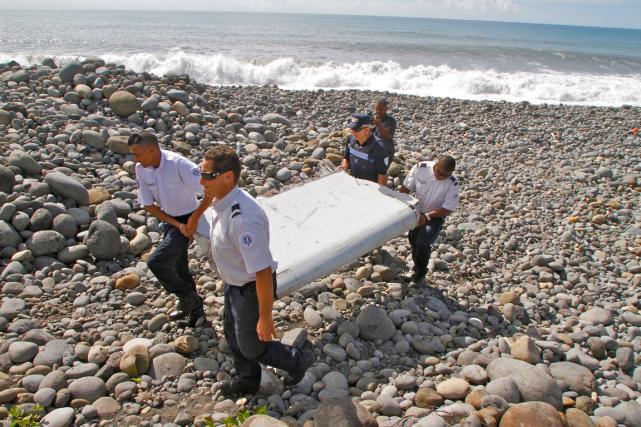 Un fragment d'aile, retrouvé en juillet sur l'île... (PHOTO LUCAS MARIE, ARCHIVES AP)