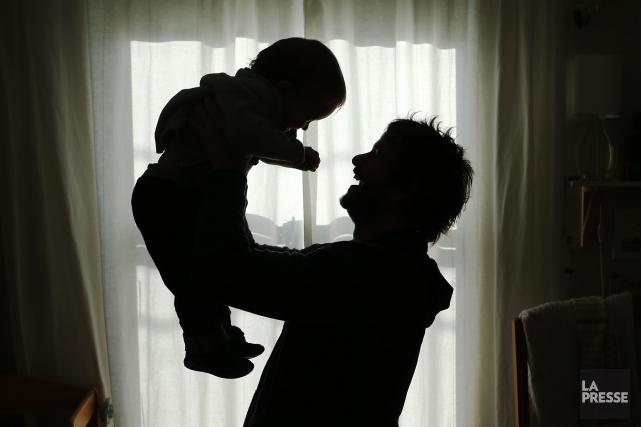 Les hommes devenus pères avant l'âge de 25 ans augmentent leur risque de mourir... (Archives La Presse)