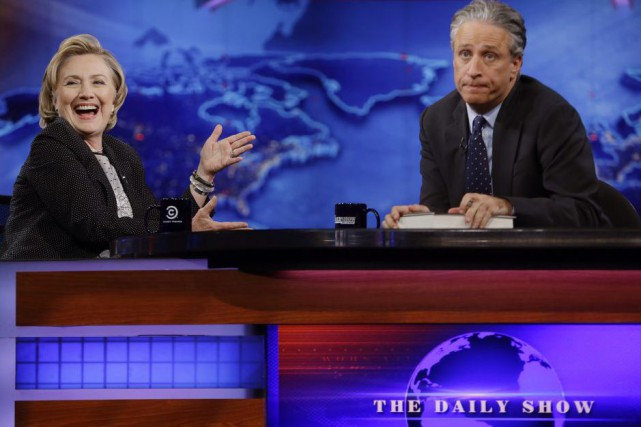 Jon Stewart en compagnie d'Hillary Rodham Clinton lors... (PHOTO ARCHIVES AP)