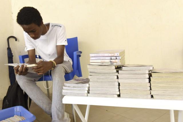 «Les BD, ce sont les seules lectures que j'aime», confie Bilal, 15 ans, un des... (PHOTO AFP)