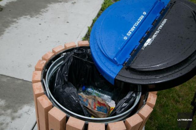 Les images d'une poubelle de collecte à deux voies d'un parc de Sherbrooke ont... (Imacom, René Marquis)