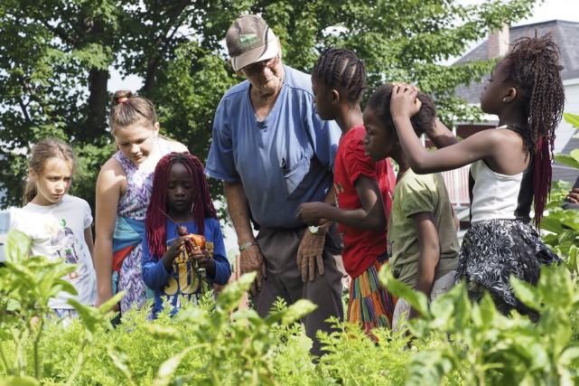 Norbert Roy, jardinier en chef, suit l'évolution des... (photo Alain Dion)