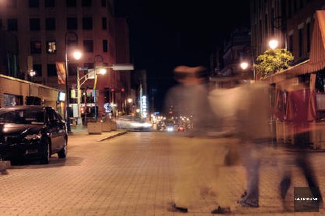 Un individu qui aurait mis «K.O.» deux hommes au centre-ville de Sherbrooke en... (Archives La Tribune)