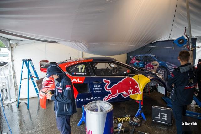 Les membres de l'équipe de rallycross Peugeot-Hansen ont... (Photo: Olivier Croteau Le Nouvelliste)