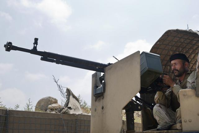Les forces de sécurité afghanes, en plein dans... (PHOTO AP)