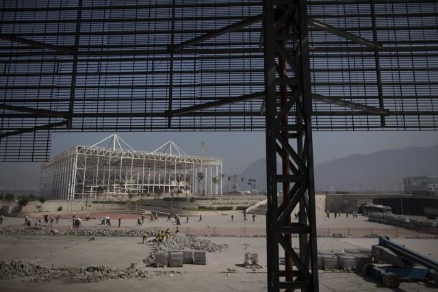 Les ouvriers travaillent sur le bâtiment qui accueillera... (Associated Press)