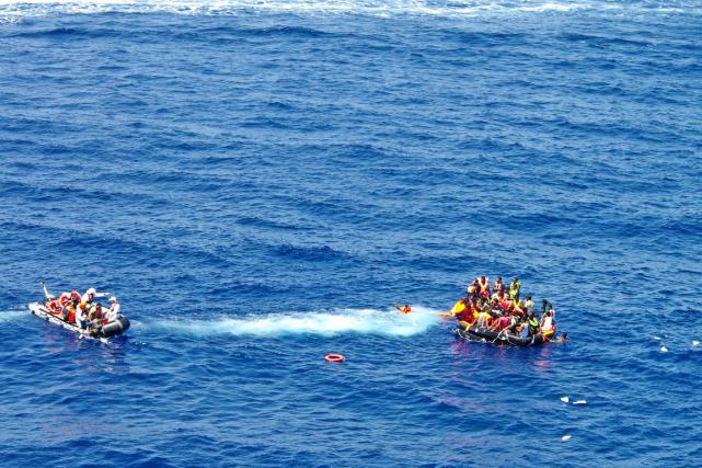 Les gardes-côtes italiens ont annoncé avoir secouru 381... (Photo AFP)