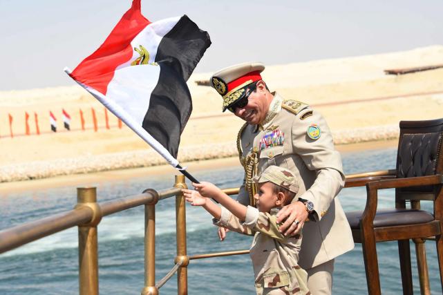 Un jeune garçon vêtu d'un uniforme militaire et... (Photo AP)