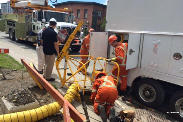 Des équipes d'Hydro-Sherbrooke ont été dépêchées sur la... (La Tribune, René-Charles Quirion)