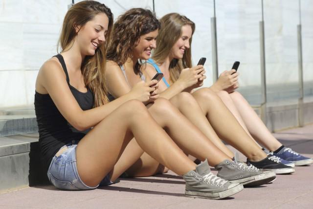 Plus de la moitié des adolescents américains ont déjà rencontré un nouvel ami... (PHOTO DIGITAL VISION/THINKSTOCK)