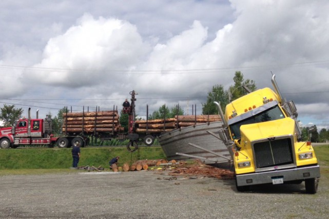 Un camion transportant du bois a perdu son chargement, jeudi peu avant 13h dans... (Photo courtoisie)