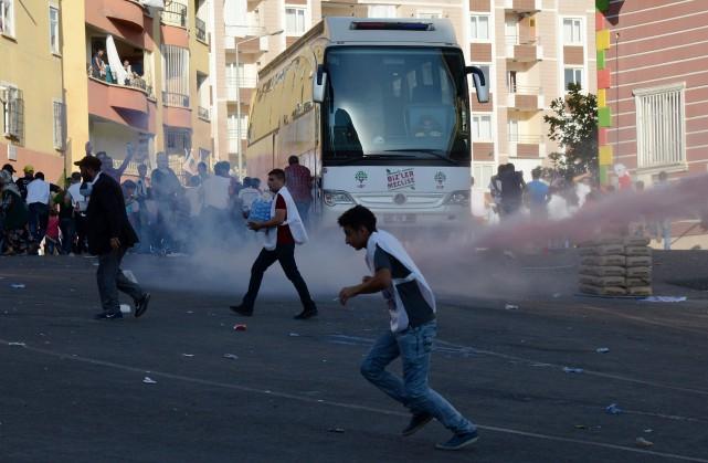 Des policiers antiémeute turcs repoussent des manifestants kurdes... (PHOTO ILYAS AKENGIN, AGENCE FRANCE-PRESSE)