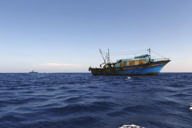 Le bateau était si chargé que pour maintenir... (Photo Darrin Zammit Lupi, Reuters)