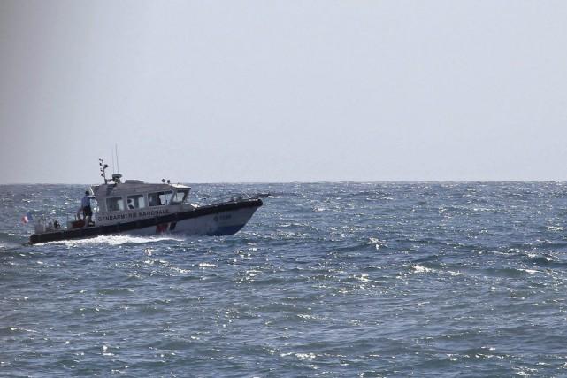 Un bateau de la gendarmerie française patrouille le... (PHOTO RICHARD BOUHET, AFP)