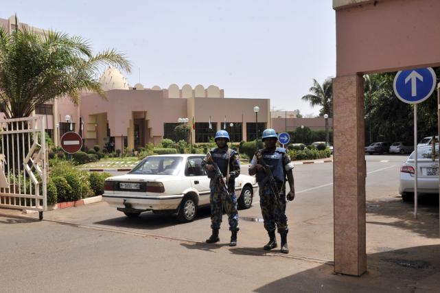 Deux casques bleus de l'ONU montent la garde... (PHOTO HARIBOU KOUYATE, ARCHIVES AFP)