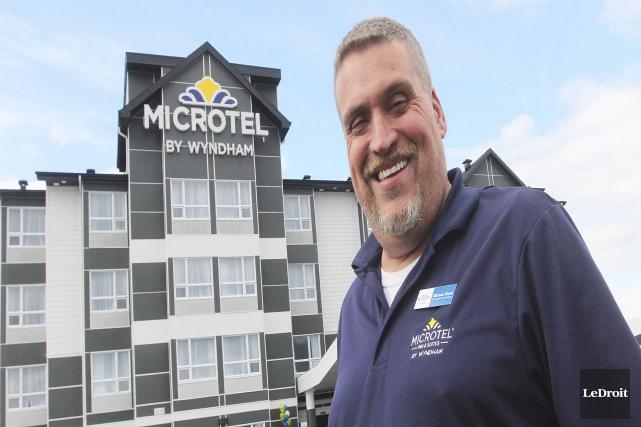 Le dg de l'hôtel Microtel, Michael Ultene, pose... (Etienne Ranger, LeDroit)