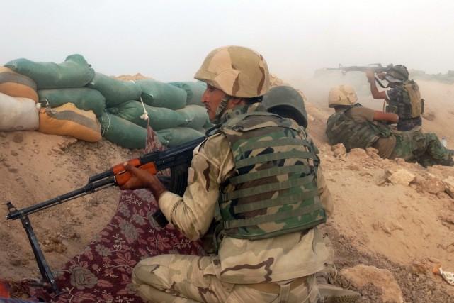 Des soldats irakiens combattent le groupe État islamique... (PHOTO AP)