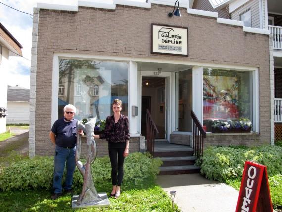 Germain Desbiens et la propriétaire de la galerie... (- photo courtoisie)