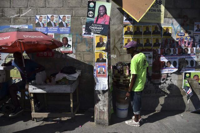 Des affiches électorales ont été placardées sur un... (PHOTO HECTOR RETAMAL, AFP)
