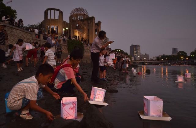 Des lanternes ont été déposées à la mémoire... (PHOTOKAZUHIRO NOGI, ARCHIVES AGENCE FRANCE-PRESSE)
