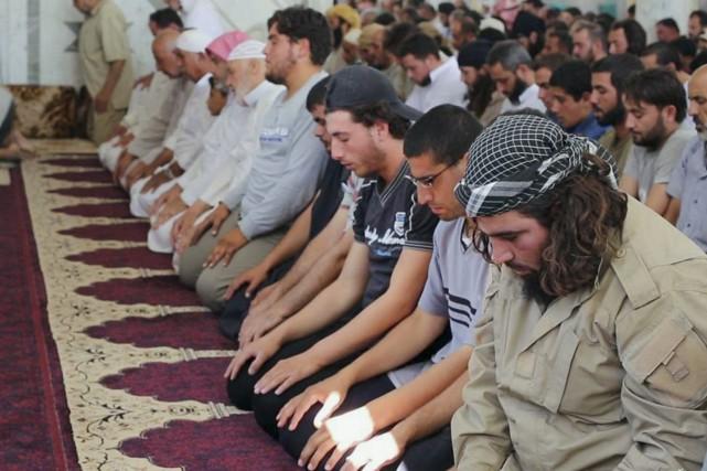 Des membres du groupe armé État islamique prient... (PHOTO AP/FACEBOOK)