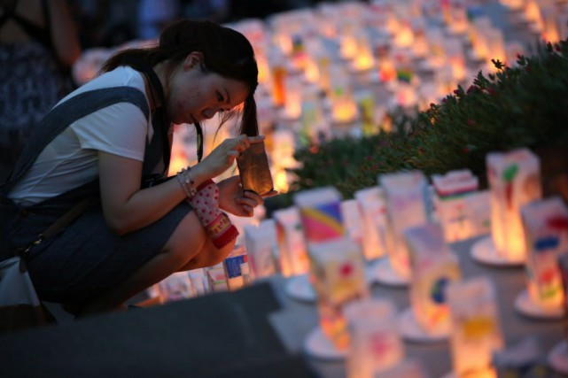 Dimanche, la population observera une minute de silence... (Photo Eugene Hoshiko, AP)
