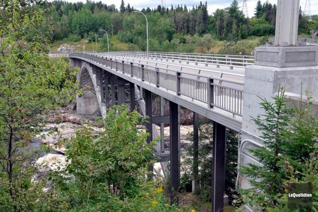 Au Québec, il n'y a qu'un seul pont... (Le Quotidien, Rocket Lavoie)