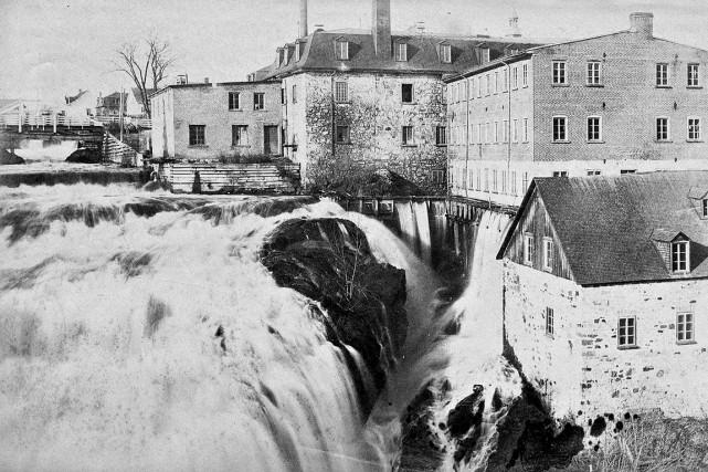 La chute en 1894... (Bibliothèques et Archives nationales du Québec / Philippe Gingras)