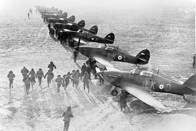Des aviateurs se précipitant vers leurs Hawker Hurricane,... (Archives des Forces armées canadiennes)
