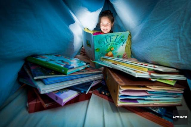 La petite Elsa Dumont lisant Stella étoile de... (IMACOM, Jessica Garneau)