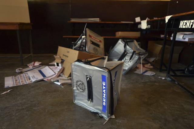 Un bureau de vote a été saccagé dans... (PHOTO HECTOR RETAMAL, AFP)