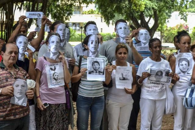 Environ 90 manifestants ont arboré un masque de... (Francisco JARA, AFP)