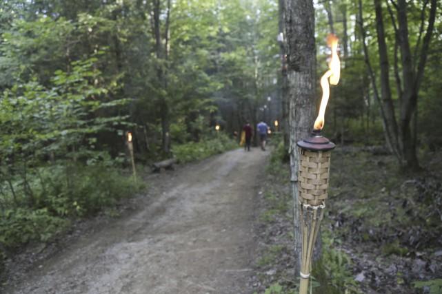 Des lanternes ont éclairé les sentiers, ce qui... (photo Julie Catudal)