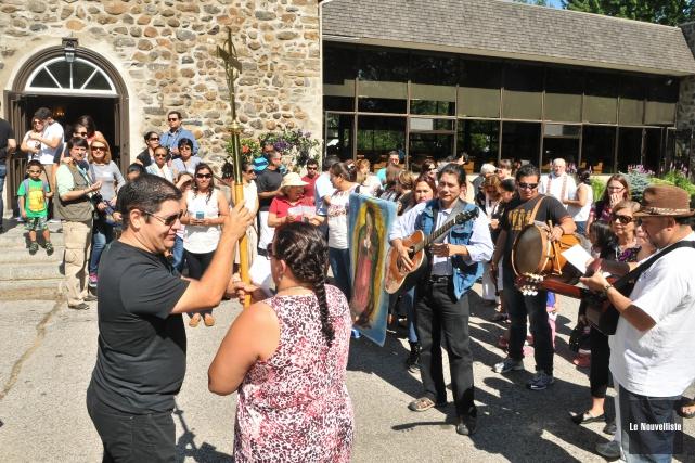 Une centaine d'hispanophones ont fait un pèlerinage de... (Photo: Émilie O'Connor Le Nouvelliste)