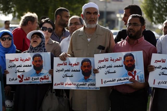 Des soutiens de Mohammed Allaan, prisonnier palestinien en... (Photo Ahmad Gharabli, AFP)