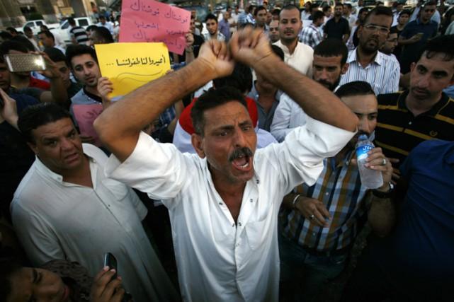 La population irakienne est descendue dans les rues... (PHOTO AFP)