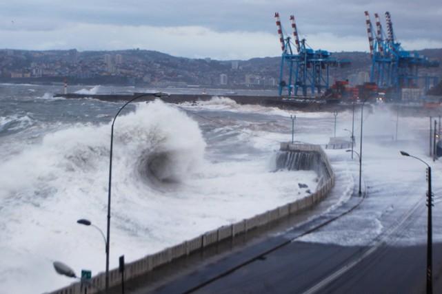 Une tempête a tué six personnes au Chili et entraîné des évacuations dans... (PHOTO AFP)
