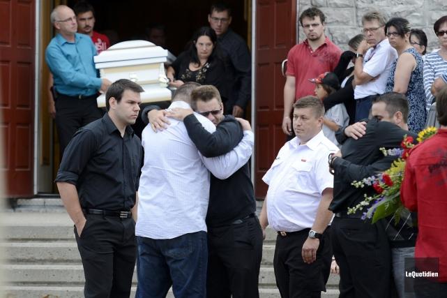 La sortie de l'église a été particulièrement difficile... ((Photo Le Quotidien, Jeannot Lévesque))