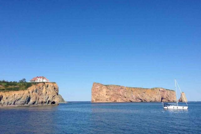 Le rocher Percé, avec, à sa gauche, la... (Collaboration spéciale Mylène Moisan)