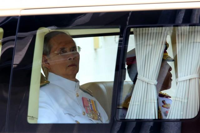 Ces dernières années, Bhumibol Adulyadejavait été hospitalisé pour... (PHOTO AP)