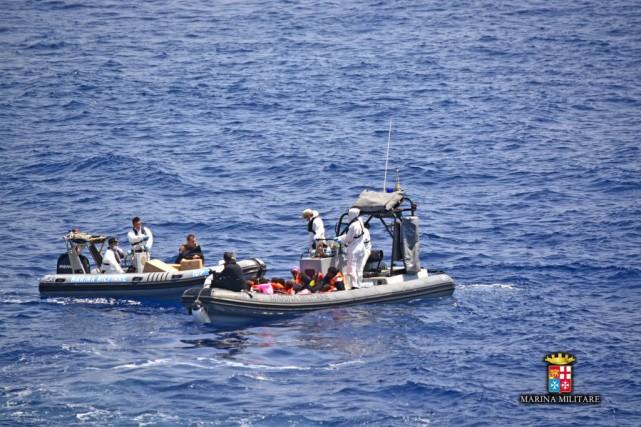 Les arrestations de passeurs présumés sont très fréquentes... (PHOTO MARINA MILITARE, AFP)