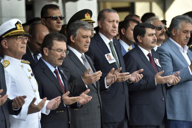 Le président turc Recep Tayip Erdogan (3e à... (Photo Depo Photos, AP)