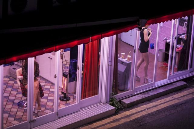 Des prostituées attendent l'arrivée de clients dans une... (PHOTO JEAN CHUNG, ARCHIVES THE NEW YORK TIMES)