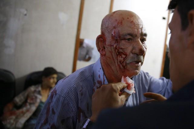 Un Syrien blessé par le bombardement reçoit des... (PHOTO  ABD DOUMANY, AFP)