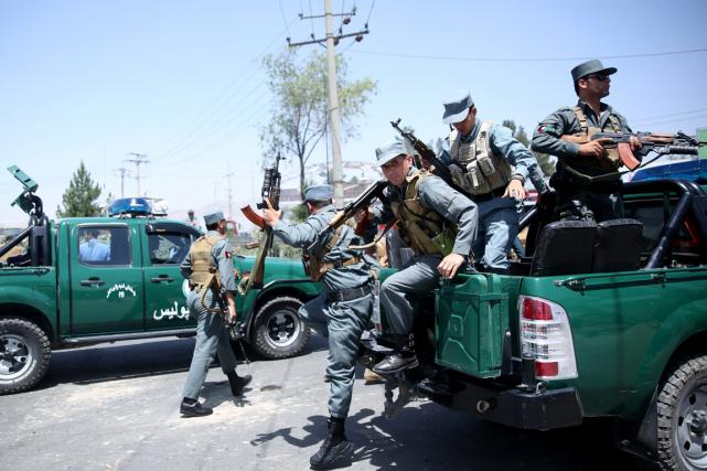 Des policiers afghans arrivent sur les lieux d'une... (Photo Massoud Hossaini, AP)