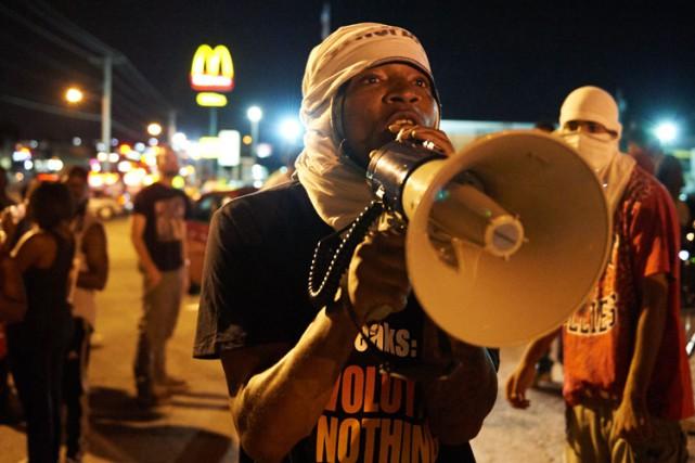 L'état d'urgence a été reconduit mercredi à Ferguson, malgré une nuit calme... (PHOTO AFP)