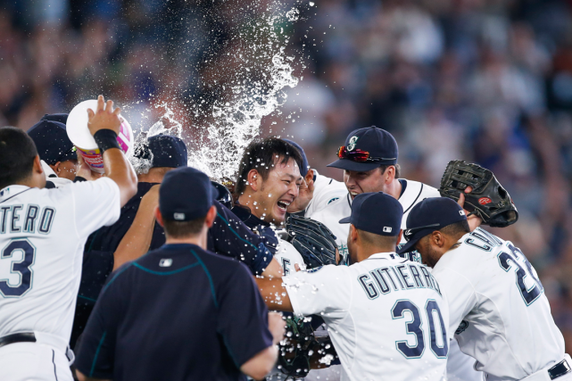 Le lanceur des Mariners Hisashi Iwakuma (au centre)... (Photo Joe Nicholson, USA Today)